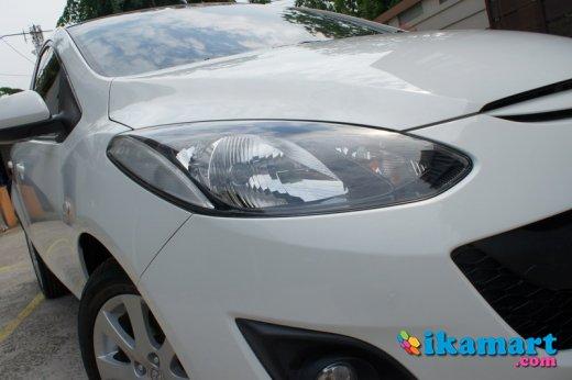 jual mazda 2 sedan putih 2011 tv gps mobil simpanan